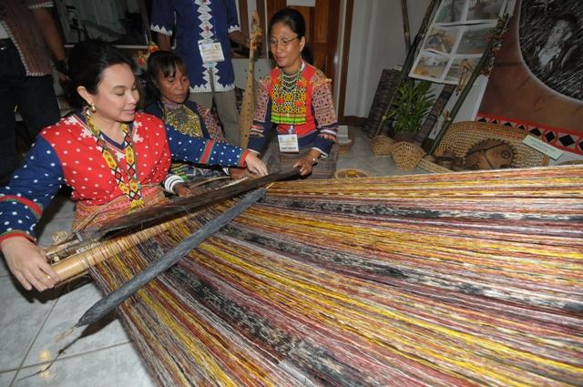 study mandaya weaving With aztec study ojo de dios a mandala woven from yarn by mandalaartbycloe on etsy.