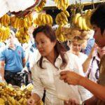 Loren Visits Commonwealth Market